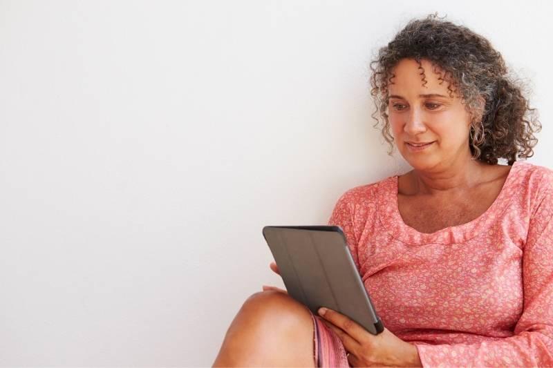 Cliente consulta o celular para ver o banco virtual do beOne.